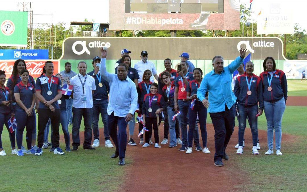 Entusiastas medallistas de Lima en homenaje que rindió Licey
