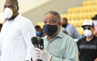 Ministerio de Deportes entrega alimentos a entrenadores de Santo Domingo Este