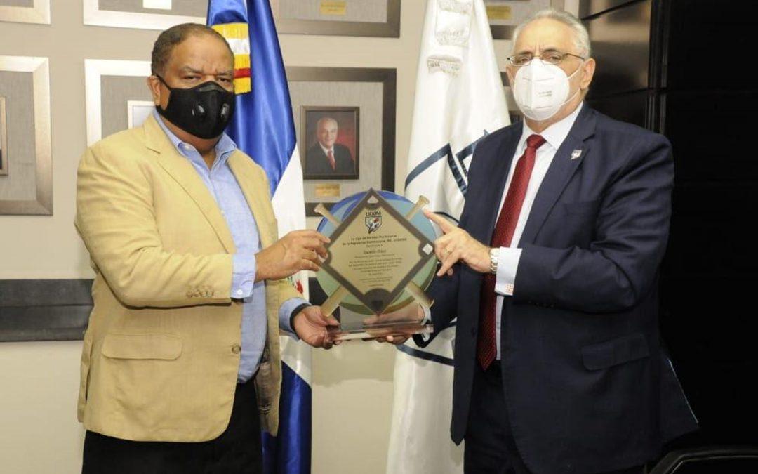 Lidom entregó placa de reconocimiento al Ministro de Deportes Danilo Díaz; Funcionario valora gesto de la liga