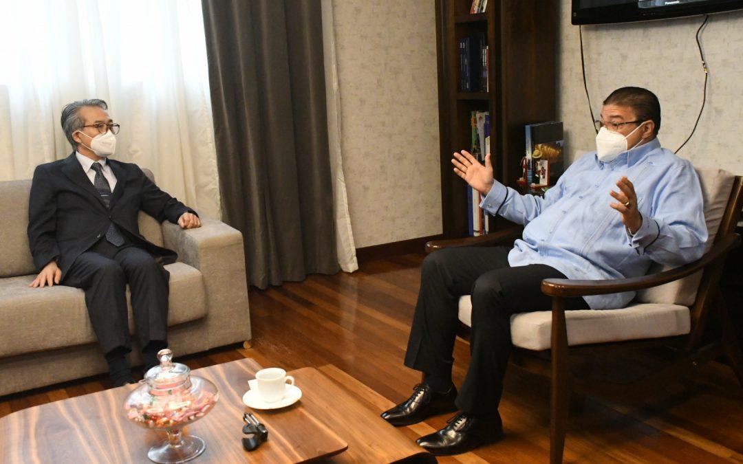 Ministro Camacho comparte impresiones con embajador de Japón en RD